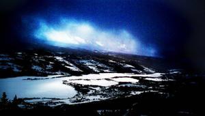 Dramatiskt fjällväder är ofta vackert. En stormig dag med låga moln bryter solen igenom över Åresjön.
