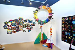 Raketer, planeter och fjärilar. Så här ser en del av barnens konstutställningen ut. Foto: Annakarin Björnström
