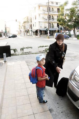 Majd och hans mamma Thane hoppar in i bilen för att åka tillbaka till hamnen. De har fått kläder på Maria Westins hotellrum.