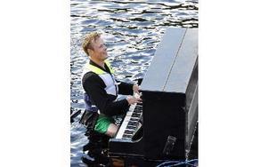 Calle Veide tar en trudelutt på det flytande pianot. Foto: Christer Klockarås/DT