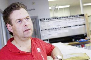 """Joakim Hansson jobbar på Bilcenter Jämtland. Den här veckan är 90 procent av hans verkstadskunder norrmän. """"Men vi har våra stam- kunder som kommer året om. Många tar lite semester samtidigt som de passar på att fixa bilen"""", säger han."""