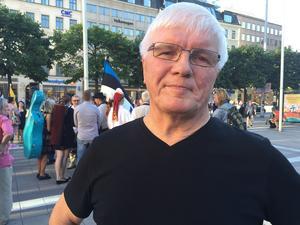 Hans Dunder från Bollnäs var en firarna på Norrmalmstorg där måndagsmötena visade Sveriges stöd för Baltikums frihet.
