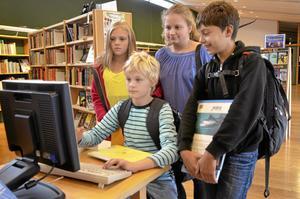Femteklassarna på Hagaskolan besöker biblioteket, på skoltid, ungefär en gång i månaden. På bilden söker Alexandra Edlund, Amanda Hagsten, William Folkö och Vilmer Jansson information i datorn. Bild: JAN WIJK