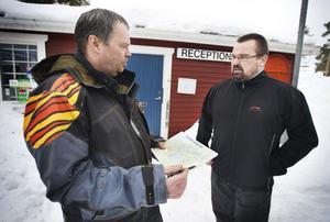 Alf Kanon, som driver campingen, vill gärna ha journummer till Migrationsverket, och det ska han få lovar Robert Olsson.