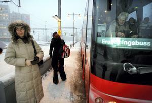 Grace Enström missade att komma med den fullsatta bussen och blev tvungen att vänta på nästa buss.Foto: Göran Widerberg