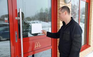 Thomas Wikström läser på lappen att McDonalds inte kunde servera mat på grund av strömavbrottet.