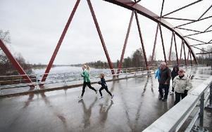 """""""Skrotbron"""" från 1915 är ett minne blott. På lördagen invigdes den nya älvbron vid Holsåker i Dala-Floda. Foto: Klockar Mattias Nääs/DT"""