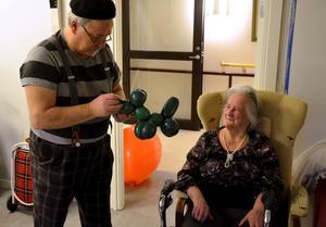 Hej igen! Det första Jonny och Matts gör är att gå runt och hälsa på alla. Här Vera Blomberg som nyligen fyllde 100 år.