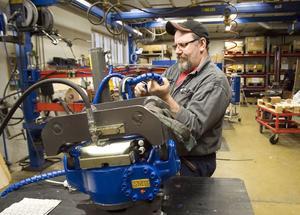 Ulf Forsström arbetar med att färdigställa ett hydrauliskt arbetsredskap, en Swingotilt.