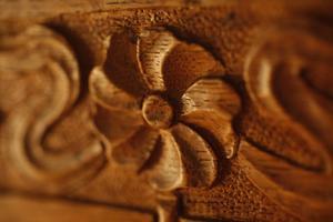 En snidad trästol dekorerar vardagsrummet hos Olivia Stenberg.