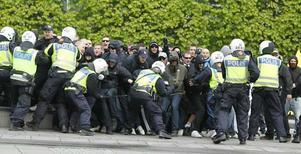 Polisen fick hålla tillbaka demonstranter under lördagens demonstration.