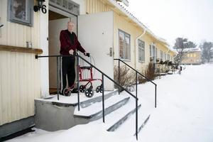 Heldor Bergman klarar inte att ta sig nerför trappan med rollatorn. Han har beviljats ramp av kommunen men fastighetsägaren säger nej.
