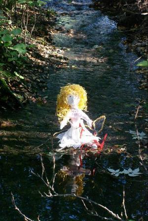 I solskenet mitt i bäcken sitter Tummelisa.