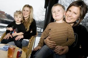 """TVÅ GENERATIONER MORA TRÄSK-FANS. Lotta Roghe med sonen Wictor, två år och Linda Österholm med sonen Alvin Roswall, snart fyra år. De satt ute i foajén och lyssnade. """"Det var för högt ljud där inne. Mora Träsk är bättre på film för då är ljudet inte lika högt"""", förklarade Alvin.Lotta och Linda lyssnade på Mora Träsk när de var barn och nu lyssnar de på samma sånger med sina egna barn."""