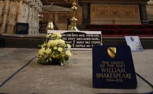 William Shakespeares grav i Holy Trinity Church i Stratford, England, undersöks med skanner.