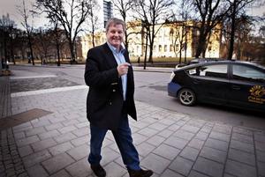"""Maths O Sundqvist har arbetat stenhårt under en lång tid för att nå en överenskommelse med Carnegie. I måndags lyckades han. """"Nu tänker jag dra mig tillbaka och bli rockstjärna"""", säger han och skrattar."""