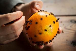 Doften av apelsin och nejlika sprider sig i torpet.