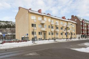 Tvåa på Storgatan, Sundsvall. 975 000 kronor är utgångspriset på tvåan på 60 kvadratmeter i centrala Sundsvall. Avgiften är på 3 900 kronor och enligt mäklarens beskrivning har lägenheten utsikt mot Selångersån.