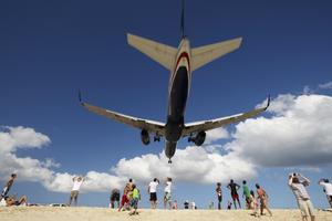 På Maho Beach på Saint Martin flyger planen in några meter över huvudet på solbadarna.