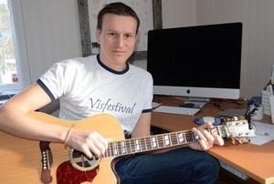 Johan Eriksson, musiker och festivalarrangör i Malungsfors, har klart med starka artister till sommarens Visfestival.