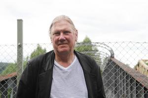 Lars Ljungström bor i en gammal släktgård i närheten av broarna.