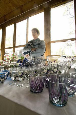 Mary Medin säljer sina egenhändigt målade glasprodukter. Glas och skålar med lila ljungmotiv hör till storsäljarna, berättar hon.