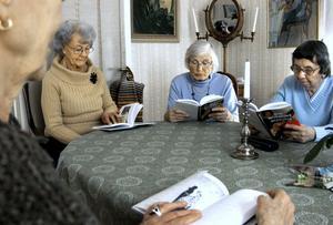 Högläsning är en fröjd, tycker kvinnorna. Det är som att smaka på orden och formuleringarna. Britt Edman, i mitten, läser medan Lilly Bratt och Britt Widman hör på.