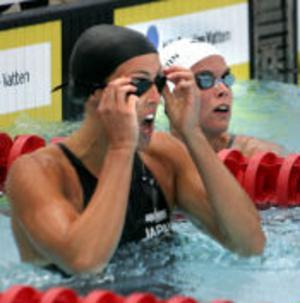 Ett ögonblicks koncentration mot resultattavlan, som redovisar att Threse Alshammar, till vänster, tagit guldet på 50 fritt före hemmahoppet Anna-Karin Kammerling.