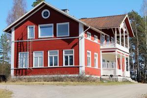 Det var 2014 som Yoomi Renström köpte Runemo gamla skola.  I kontakter med miljö- och byggförvaltningen fick hon veta att den behövdes en ny detaljplan plus bygglov innan hon kunde ta fastigheten i anspråk.