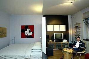 Magnus Björklundh har delat av sitt enda rum med en fristående mellanvägg. Foto: LEIF JÄDERBERG
