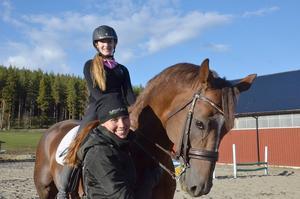 Tillsammans med mamma Sigrid har Cecilia Bergåkra åkt till Frankrike där hon ska starta hingsten I Do Kiss i childrens-EM i dressyr.