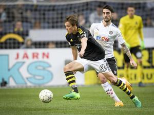 Nahir Besara försöker vinna boll mot AIK:s Simon Thern. Men det var den sistnämnde som till slut blev en vinnare.