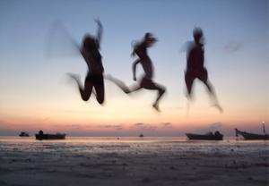 Jag och min flickvän var på kärlekssemester till Thailand, hon tog dykarcertifikat på paradisön Koh Tao med de två andra tjejerna som hon hoppar med på bilden. Det var sista kvällen på Ön och det firades att de klarat Padis Open Water-kurs, med ett härligt glädjehopp på stranden i solnedgången.
