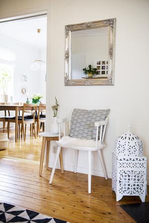 Vy från hallen till vardagsrummet. Matsalsgruppen är från en tidigare Ikea Stockholm-kollektion och köptes av husets förra ägare tillsammans med en tevagn och soffbord.