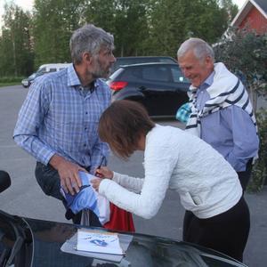 Thomas Wassberg som autografjägare ? ? Emma Wikén signerar en tröja som väl skall bli sponsorgåva eller liknande.