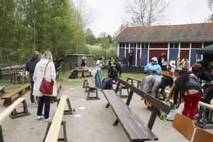 Vädret gör att utomhusscenen måste överges och de resterande dansnumren blir inne i Viksjöfors skolas gymnastiksal.