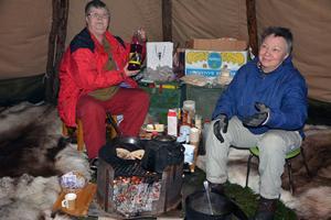 Barbro Edman och Birgitta Ricklund bjöd på renbuljong och bröd i kåtan utanför museet.