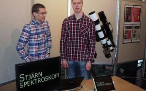 Andreas Persson och Måns Holmberg vid utställning på Ångströmslaboratoriet i Uppsala.FOTO: KJELL LEANDER