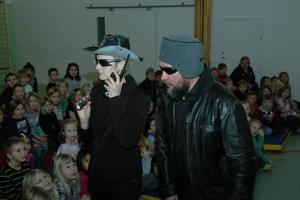VAKTER. Malin Svensson och Seth Lindell agerade livvakter för den stora divan Aria Staccato