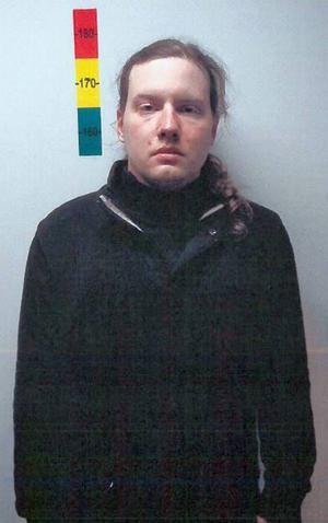 Albin Aspgren, 28, efter att han hade överlämnat sig till polisen. Sedan några veckor tillbaka har han lämnat rättspsykiatrin på Säter och sitter nu i en av polishusets häktningsceller.
