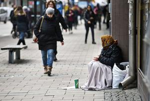 Tiggarna  i Västerås har blivit färre. Numer syns de mest vid affärernas ingångar. 2015, när denna bild togs, fick en del tiggare nöja sig med sämre platser vid husväggar.