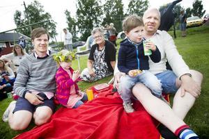 Midsommarfirandet i Södra kolonin lockade som vanligt många barnfamiljer. På bilden syns Magnus Moberg med dottern Alice, 4 år, och Siri Almqvist, 4, med sin pappa Daniel. I bakgrunden sitter Pia Almqvist som är farmor till Siri