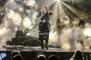 Kristin Amparo, som liksom Jon Henrik Fjällren är adopterad från Colombia, inleder I See You utan musik. Stor röst som växer.