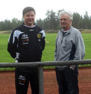 Svegssonen Bosse Johansson (till vänster) är numera en av de riktiga topparna inom svensk elitfotboll, nyvald ordförande i Föreningen Svensk Elitfotboll som han är. Här tillsammans med Roland Tullnérs, fotbollsordförande i Svegs IK.  Foto: Leif eriksson