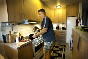 """Trivs i köket. Hockeyprofilen Lars """"Mozart"""" Andersson älskar att laga mat."""