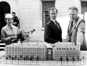 Såhär såg det ut när Drottning Silvia och kung Carl XVI Gustaf besökte Sundsvall 1985. Här tittar kungaparet och kulturnämndens ordförande Folke Strömbäck på en modell av det blivande Kulturmagasinet.
