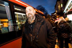Busspendlaren Peter Karlsson är en av de som nu hoppas att landstinget håller löftet om inga prishöjningar.