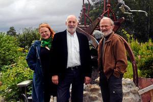 Mari Zidén och Dick Degerfeldt är två av helgens utställare. Här tillsammans med Leif Wyöni i Sinnenas Konstpark.