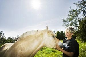TÄVLAR INTE. Lee Åkesdotter är en av flera som i dag väljer att skaffa häst, men inte för att tävla med den. Hon motionerar Allram en och en halv timme varje dag. Annars så myser de i hagen.