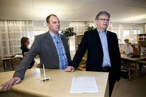 Magnus Viklund (till vänster) blir ny chef för inskrivningsmyndigheten på Brunnshusgatan. Det blir i lantmäteriets lokaler där en våning står tom. Bredvid honom står Bengt Kjellson, chef för inskrivningarna i landet.